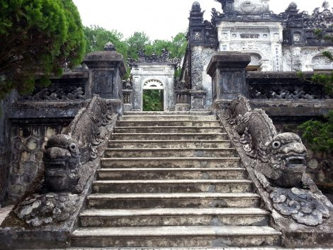 Dragon staircase to the Thien Dinh Palace