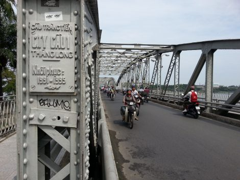 The section of Truong Tien Bridge for motor vehicles is narrow