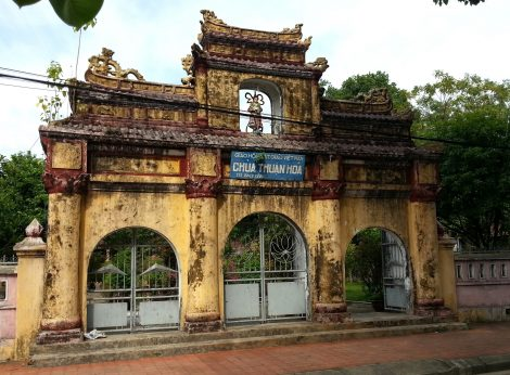 Chua Thuan Hoa gate on Bach Dang Street