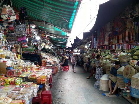 Hats and bags at Dong Ba Market